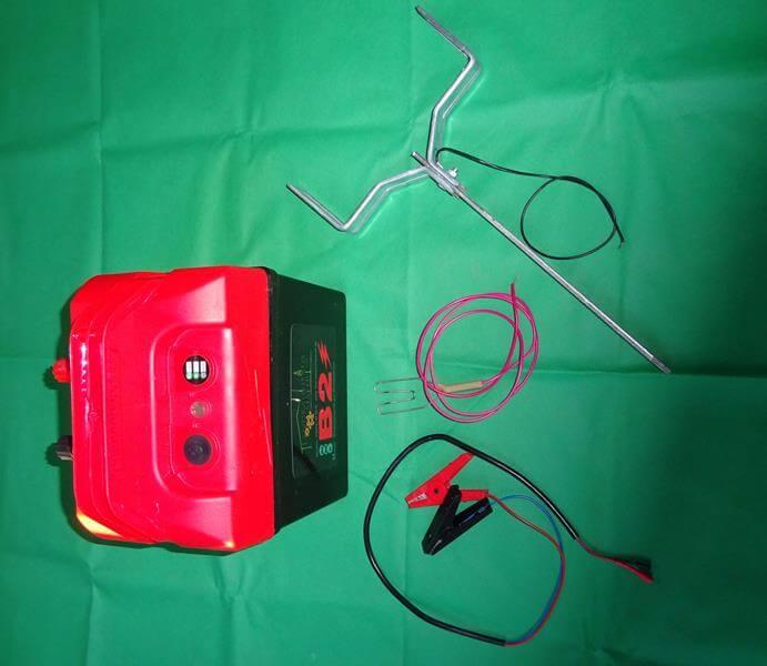 Das Elektrozaungerät mit dem Zubehör.