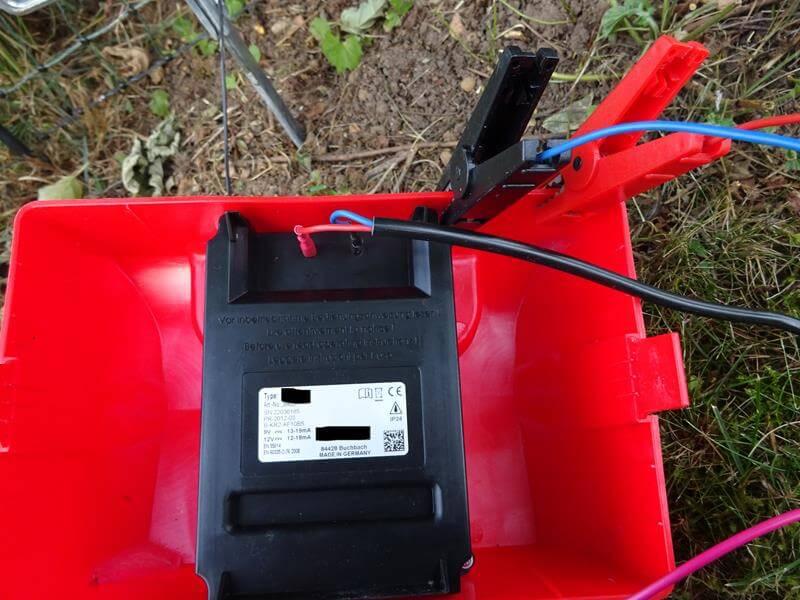 Das Batterie-Verbindungskabel ist am Elektrozaungerät angeschlossen.