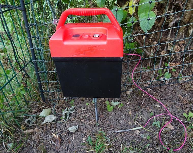 Das Elektrozaungerät ist nun fertig aufgebaut und angeschlossen.
