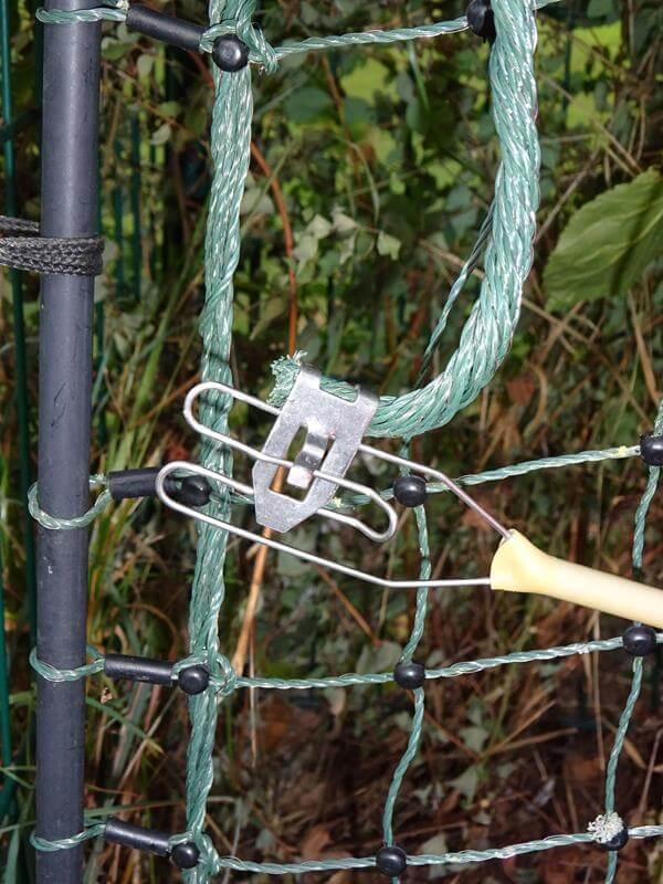 Das rote Kabel mit der Metallzung verbindet das Elektrozaungerät mit dem Kontakt des Elektrozauns.